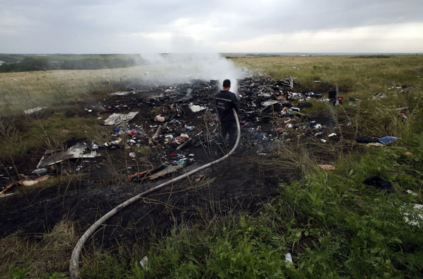 An Emergencies Ministry member works at putting out a fire at the site of a Malaysia Airlines Boeing 777 plane crash in the settlement of Grabovo in the Donetsk region, July 17. (Photo: Reuters)