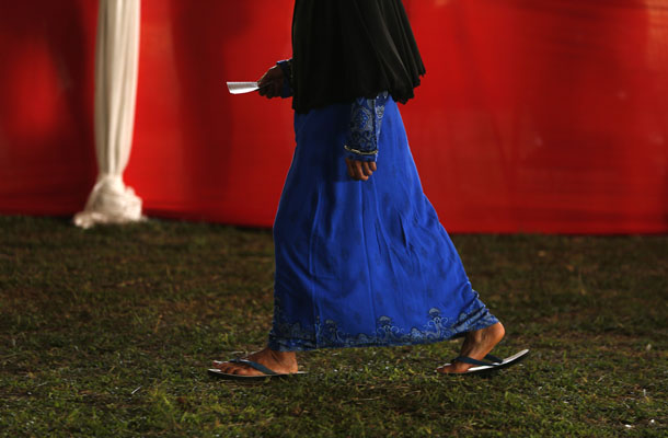An Indonesian woman holds her ballot as she walks to vote at Bojong Koneng polling station in Bogor July 9, 2014. (Photo: Reuters)