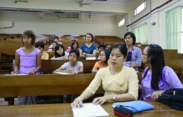 Freshmen students attend a chemistry class in Yangon University in Yangon Dec. 5, 2013. (Photo: Reuters)