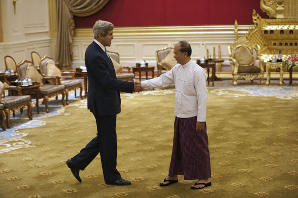 US Secretary of State John Kerry (L) shakes hands with Burmese President Thein Sein during their meeting at the Presidential hall, outside the venue of the 47th Asean Foreign Ministers' Meeting in Naypyidaw, August 9, 2014. (Photo: Reuters)