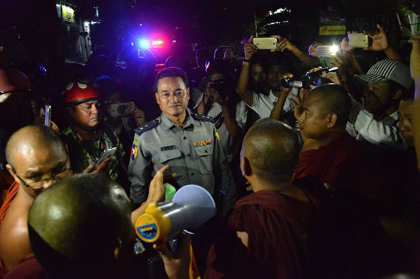 Lt-Col Sein Tun from the Mandalay Police Force talks to Buddhist monks after clashes between Buddhist and Muslim communities in Mandalay on July 1. (Photo: The Irrawaddy)