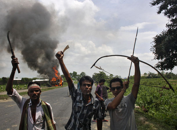 Demonstrators with their weapons shout slogans during a protest at Golaghat district in the northeastern Indian state of Assam Aug. 20, 2014. (Photo: Reuters)
