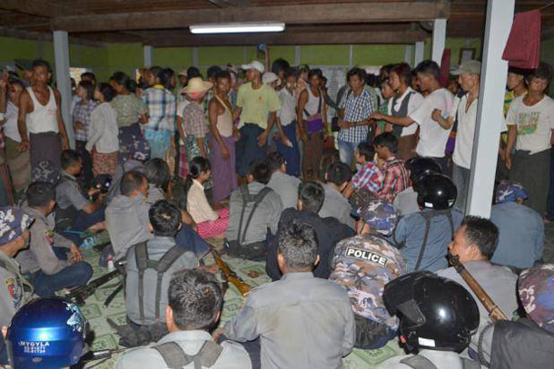 Local residents and police gather at a monastery in Mandalay Division's Nyaung Wun village on Thursday night to negotiate the release of police officers trapped in a local school. (Photo: Facebook / Ko Sein Than)