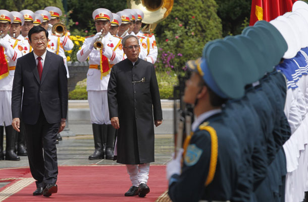 India's President Pranab Mukherjee, back right, reviews a guard of honor with Vietnamese counterpart Truong Tan Sang during a welcoming ceremony at the Presidential Palace in Hanoi on Sept. 15, 2014. (Photo: Reuters / Kham)