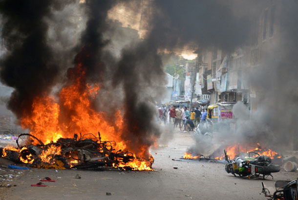 Motorcycles burn after they were set on fire by a mob during a clash in Vadodara, in the western Indian state of Gujarat, September 25, 2014. (Photo: Reuters)