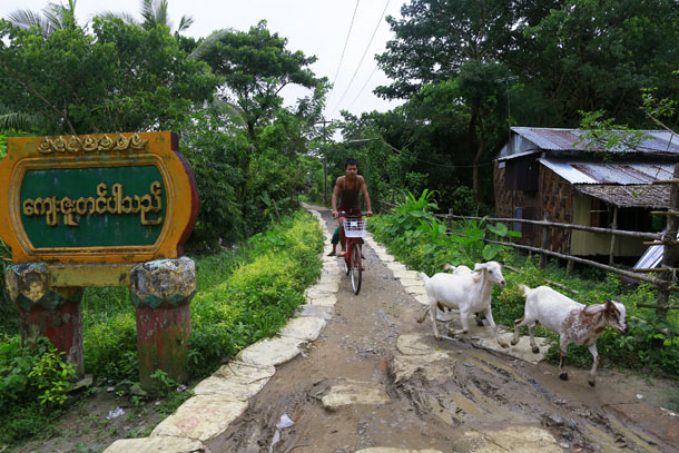 A man rides his bike at Kanhla village, an area to be included in the New City Project, outside Rangoon, on Aug. 30, 2014. (Photo: Reuters / Soe Zeya Tun)