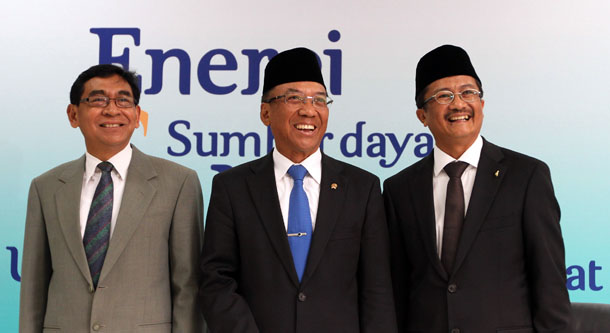 Indonesian Energy Minister Jero Wacik (center), who is now a suspect in a corruption case, stands with his deputy (left) and Rudi Rubiandini, the former chairman of SKKMigas recently sentenced in a graft case, at Rubiandini's swearing-in ceremony in Jakarta on Aug. 14, 2013. (Photo: Reuters)