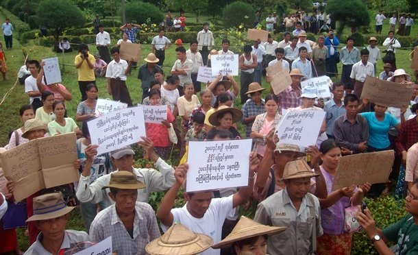 Farmers in Mingaladon Township, Rangoon Division, protest against land grabs in 2012. (Photo: The Irrawaddy)