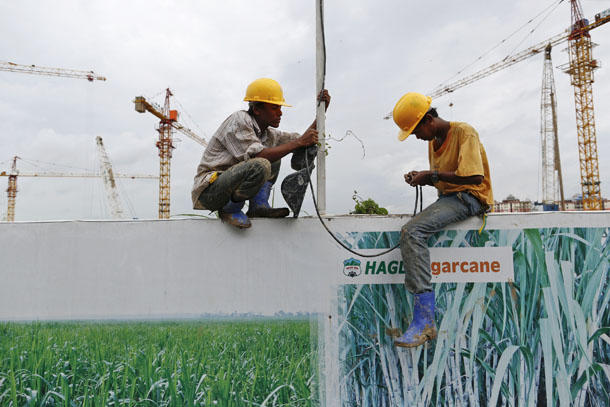Workers work at the Vietnam Hoang Anh Gia Lai construction site in Rangoon on Sept. 20, 2013. (Photo: Reuters / Soe Zeya Tun)