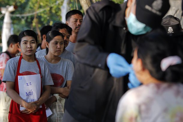 People wait in line as Thai police collect data as part of their investigation into the murder of two British tourists on the island of Koh Tao. (Photo: Reuters / Chaiwat Subprasom)