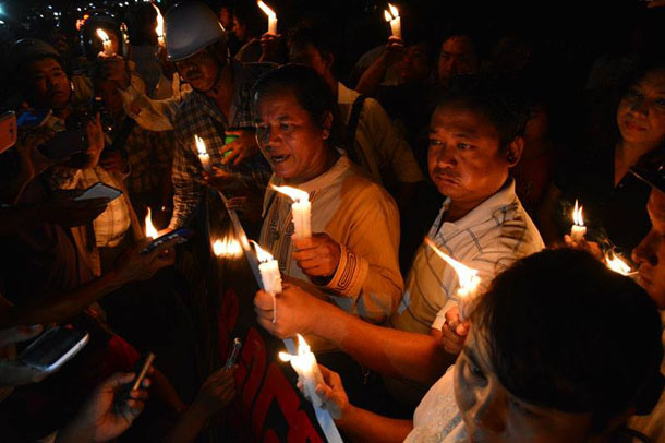 Protestors in Mandalay on Monday night called for an investigation into a journalist's killing. (Photo: Teza Hlaing / The Irrawaddy)