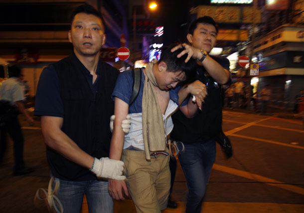 Policemen detain a pro-democracy protester during a confrontation at Mong Kok shopping district in Hong Kong early on Nov. 26, 2014. (Photo: Reuters)