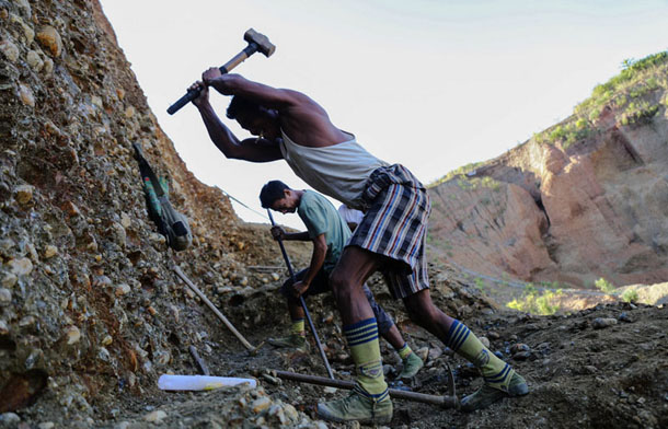Small-scale miners work hard for rewards in Kachin State's Hpakant. (Photo: JPaing / The Irrawaddy)