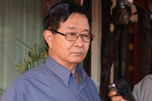 President's Office Minister Aung Min addresses journalists after informal peace negotiations in Thailand on Feb 5, 2015. (Photo: Nyein Nyein / The Irrawaddy)