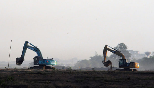 Earthmovers prepare the ground at the Thilawa special economic zone. (Photo: Steve Tickner / The Irrawaddy)