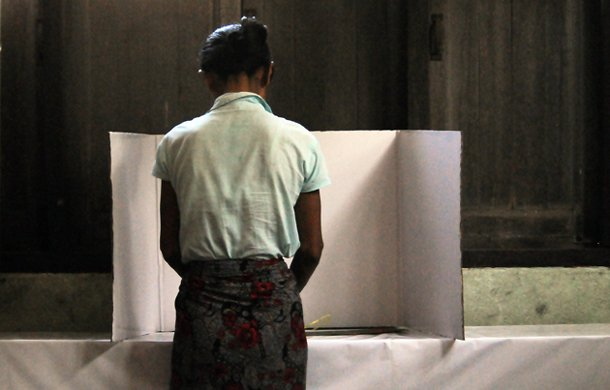 A voter marks her ballot in a polling booth in Insein Township, Rangoon, on Dec. 27, 2014. (Photo: Steve Tickner / The Irrawaddy)