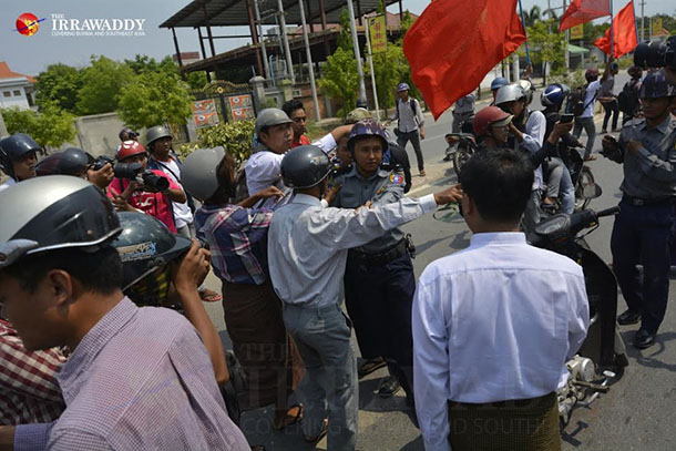 Police and protesters in Mandalay on Friday, March 27, 2015. (Photo: Teza Hlaing / The Irrawaddy)