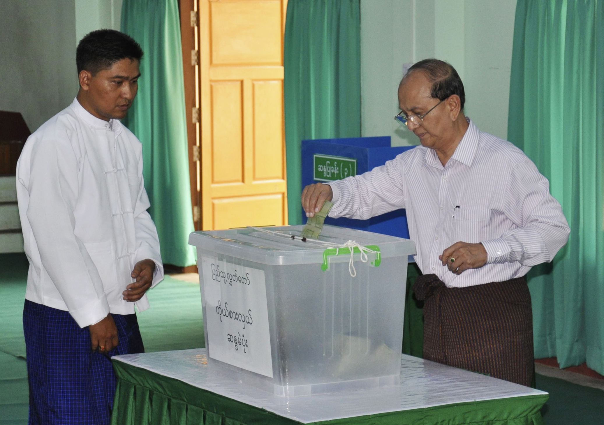 Burma's President Thein Sein, right, casts his ballot in the country's by-elections in Naypyidaw on April 1, 2012. (Photo: Reuters)