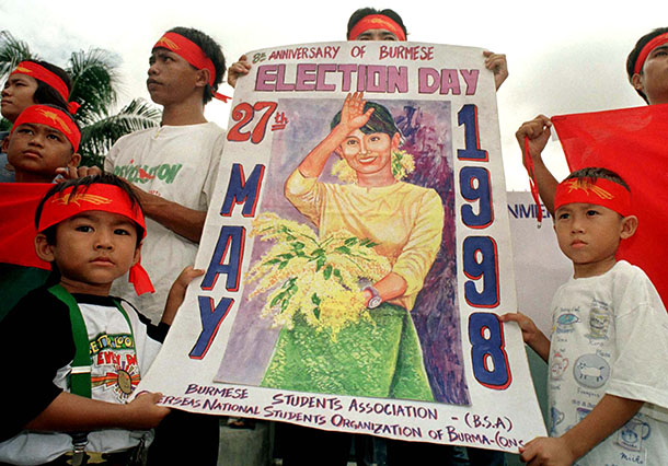 A group of Burmese political activists in exile and their children, protest outside the Burmese embassy in Bangkok in 1998 to demand the former military regime recognizes the results of the 1990 elections. (Photo: Reuters)