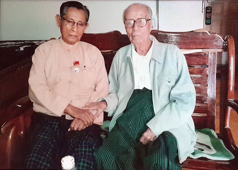 Tin Oo, a founding member of the National League Democracy, visits U Khan at his home in Taunggyi. (Photo: Kyaw Zwa Moe / The Irrawaddy)