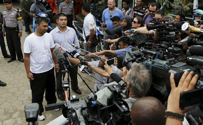 Chintu Sukumaran, left, brother of Myuran Sukumaran, talks to reporters while standing next to Michael Chan, brother of Andrew Chan, in Cilacap, Indonesia, on April 26, 2015. (Photo: Reuters)