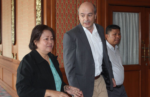Naw Zipporah Sein (L) and Swiss Ambassador Christoph Burgener (C) in Chiang Mai, Thailand, on July 2, 2015. (Photo: Nyein Nyein / The Irrawaddy)