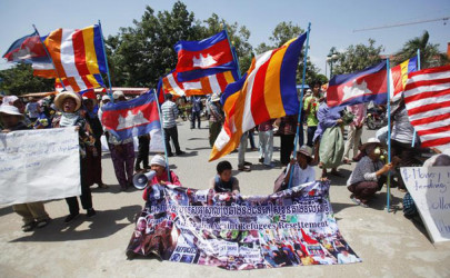 Protesters hold flags and banners outside the Australian Embassy in Phnom Penh in a rally against an agreement with Australia to resettle refugees in Cambodia in exchange of aid, October 2014. (Photo: Samrang Prin / Reuters)