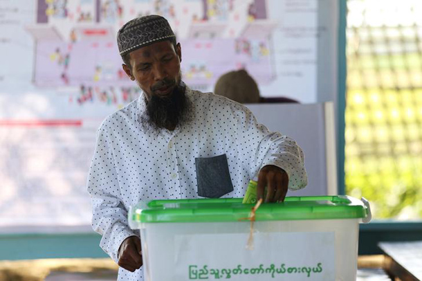 A Rohingya Muslim man who has a citizen card votes at a polling station in a refugee camp outside Sittwe November 8, 2015. Voting began on Sunday in Myanmar's first free nationwide election in 25 years, the Southeast Asian nation's biggest stride yet in a journey to democracy from dictatorship.  REUTERS/Sai Aung Min