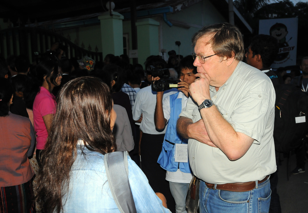 Bertil Lintner speaks to journalists in Bahan during Burma's 2015 election. (Photo: Steve Tickner / The Irrawaddy)