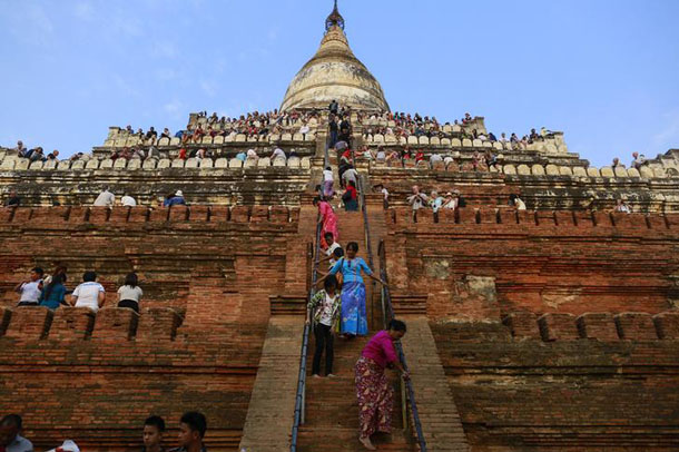 People wait to see the sunset from the top of Shwesandaw Pagoda in the ancient city of Bagan, February 13, 2015. (Photo: Soe Zeya Tun / Reuters)
