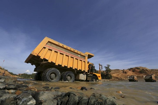 Trucks are seen at a jade dump at a Hpakant jade mine in Kachin State, November 26, 2015. (Photo: Soe Zeya Tun / Reuters)