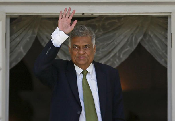 Ranil Wickremesinghe, leader of Sri Lanka's United National Party (UNP), waves at the Prime Minister's official residence in Colombo, August 19, 2015. (Photo: Dinuka Liyanawatte / Reuters)