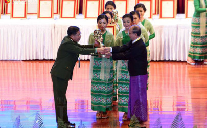 Thein Sein presents a President's Excellent Performance Award to Burma Army Chief Sr-Gen Min Aung Hlaing in Naypyidaw on February 9, 2016. (Photo: J Paing / The Irrawaddy)