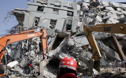 Rescue personnel work at the site where a 17-story apartment building collapsed in an earthquake in Tainan, southern Taiwan, February 7, 2016.  (Photo: Pichi Chuang / Reuters)