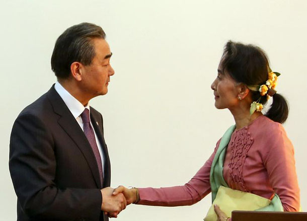 Chinese Foreign Minister Wang Yi (left) shakes hands with Burma's Foreign Minister Aung San Suu Kyi (right) after a joint press conference in Naypyidaw on April 5, 2016.