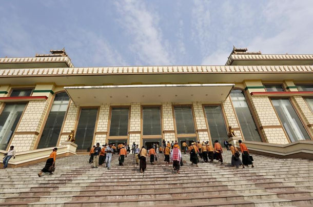 Lawmakers arrive at the Union Parliament complex in Naypyidaw on March 15, 2016. (Photo: Soe Zeya Tun / Reuters)