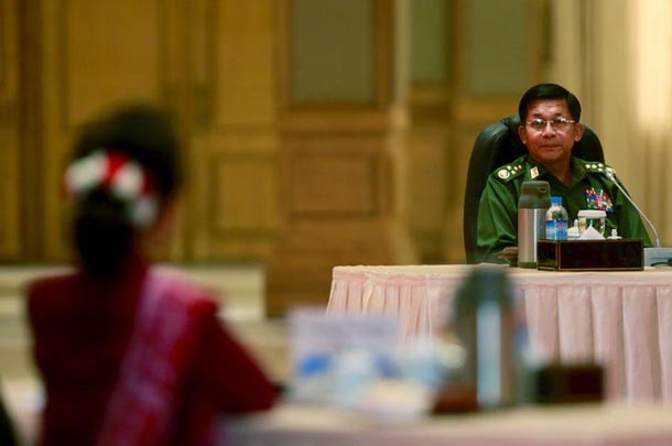 Burma Army Commander-in-chief Snr-Gen Min Aung Hlaing looks at pro-democracy leader Aung San Suu Kyi during talks at the Presidential palace at Naypyidaw on April 10, 2015. (Photo: Soe Zeya Tun / Reuters)