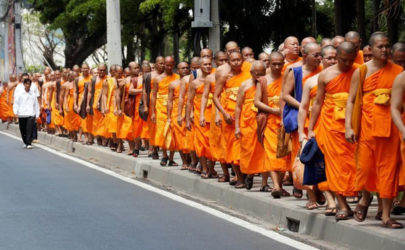 Buddhist monks walk from Wat Phra Dhammakaya temple to Khlongluang provincial police station to show support for Phra Dhammachayo, the Buddhist abbot charged with graft, north of Bangkok on May 26, 2016. (Photo: Reuters)