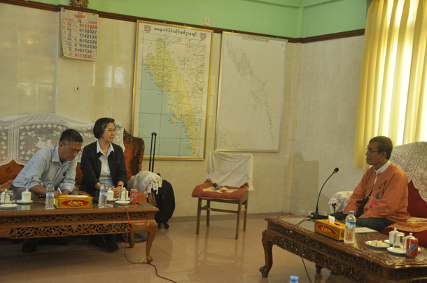 United Nations human rights rapporteur Yanghee Lee meets the Arakan State Chief Minister Nyi Pu in a room in Sittwe airport on Wednesday. (Photo: Tayzar)