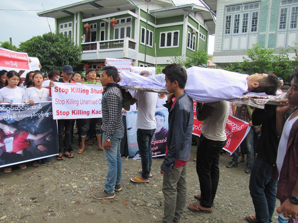 A group of protesters march in Myitkyina Tuesday, carrying the dead body of Gum Seng Awng from the hospital to his home. (Photo: Kachin Waves / Facebook)