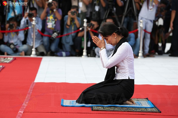 State Counselor Aung San Suu Kyi, who is also the daughter of Gen Aung San, pays respect to the fallen national heroes. (Photo: Pyay Kyaw / The Irrawaddy)