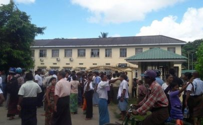 More than 50 Sittwe residents wait outside the court in Sittwe on Wednesday, where ALP communications officer Khine Myo Htun is being tried under incitement charges. (Photo: Photo: Marayu/ Sittwe)