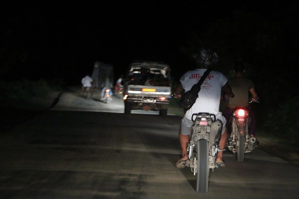 After quickly questioning the detained, police sped off to West Khone Thar Village, located on Kalay's outskirts, to find a man who allegedly provided the confiscated drugs. (Photo: Swe Win / Myanmar Now)