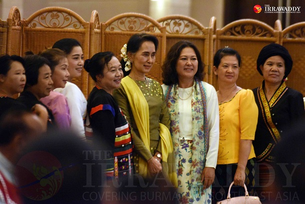 State Counselor Aung San Suu Kyi poses for a photo with women from Wa and Mongla communities during a brief meeting in Naypidaw on Friday, July 29, 2016. (Photo: JPaing / The Irrawaddy)