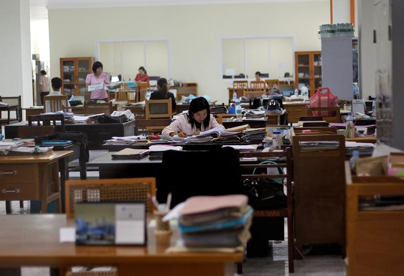 Employees work at the Myanmar Central Bank headquarters in Naypyidaw on May 17, 2012. (Photo: Soe Zeya Tun / Reuters)