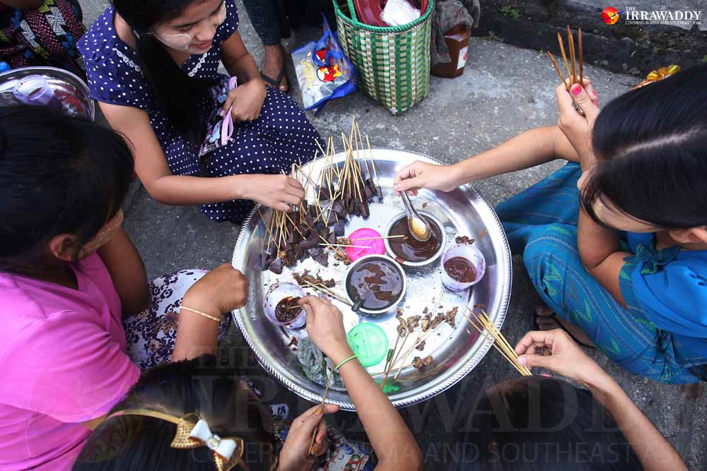 Local Burmese eat street food in downtown Rangoon. (Photo: J Paing / The Irrawaddy)