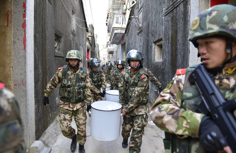 Inline Image: Paramilitary police carry seized crystal meth in Boshe village, Lufeng, Guangdong province, China, on Dec. 29, 2013. (Photo: Reuters)